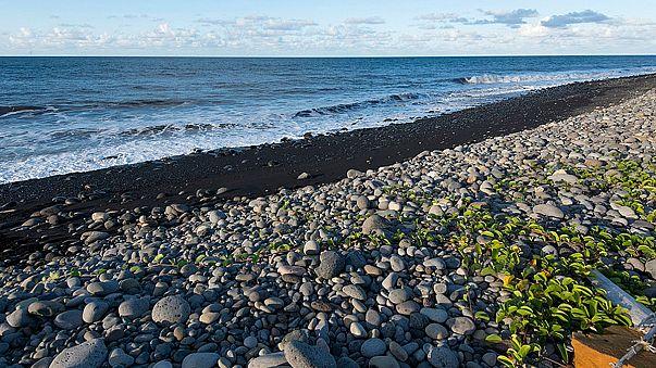 قطع معدنية في جزيرة لارينيون يٌحتفظ بها في إطارالتحقيق في الطائرة الماليزية المفقودة