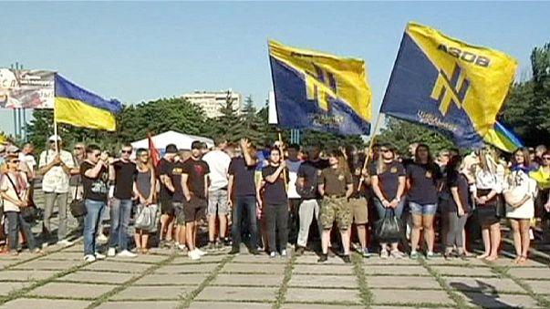 Az ukrán hadsereg kivonása ellen tüntettek Mariupolban