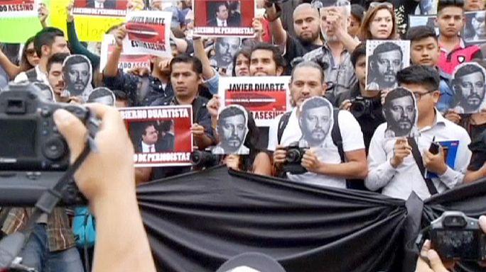 A megölt fotóriporter arcképével tüntettek Mexikóvárosban