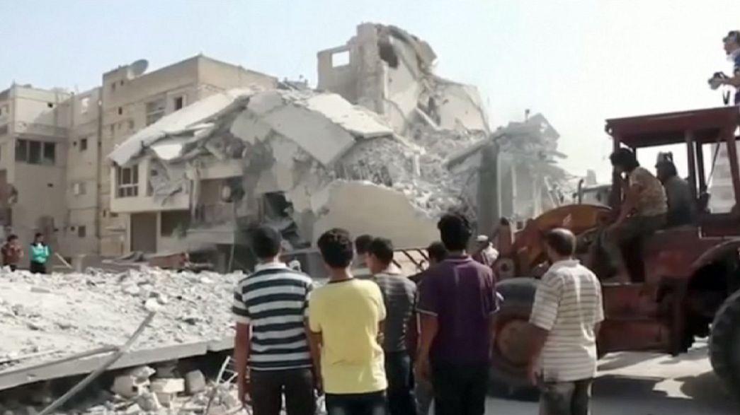 مقتل واصابة العشرات بعد سقوط طائرة حربية فوق سوق شعبي بريف ادلب