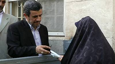 Mahmud Ahmadineyad se deja ver, cada vez con más frecuencia, en la escena pública