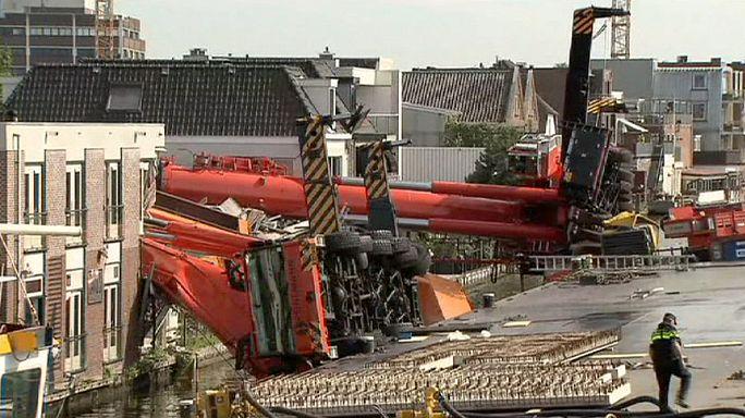 Hollanda'da kule vinci evlerin üzerine devrildi
