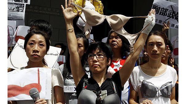 Protesta con sujetadores al aire contra la policía de Hong Kong