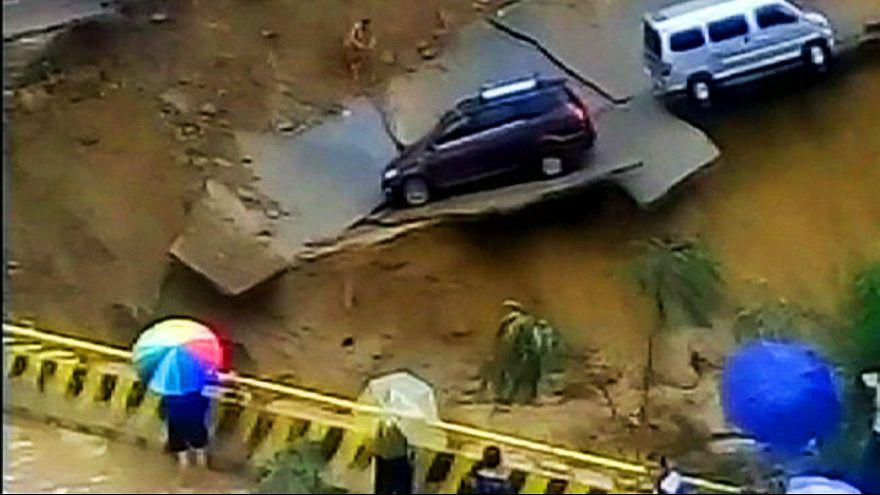 Alluvioni in Cina, l'acqua arriva alle ginocchia