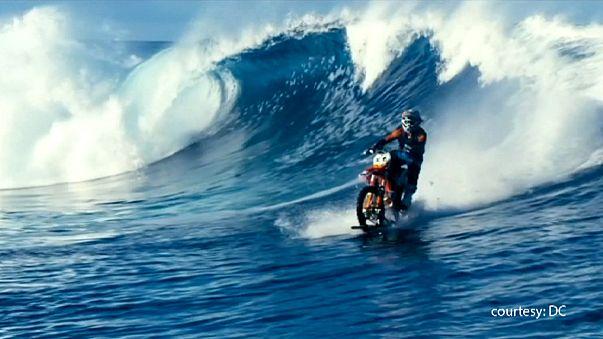 Incredibile a Tahiti: ecco il surf con la moto!