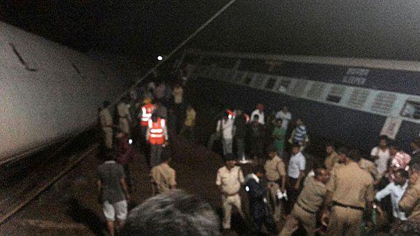 Hindistan'da iki yolcu treni raydan çıktı