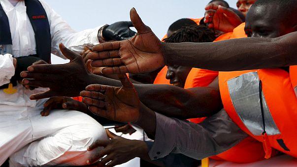 В Средиземном море перевернулось судно с нелегалами
