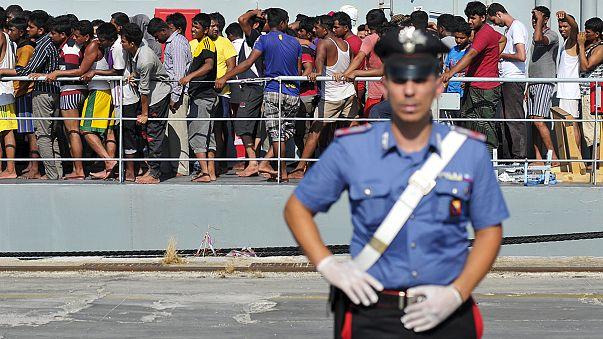 Llegan a Italia los supervivientes del barco de inmigrantes que naufragó al producirse un movimiento de pánico