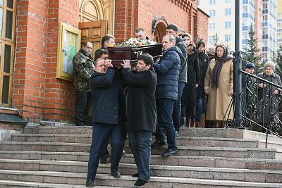 Men carry the coffin of a victim of the Kemerovo shopping mall fire in western Siberia on Wednesday.