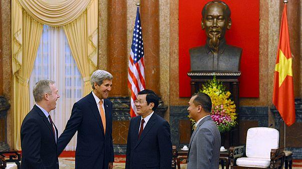 كيري يشيد بالمصالحة مع فيتنام خلال زيارة لهانوي