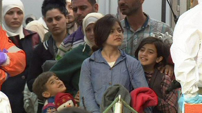 """Valósággal """"halásszák"""" a menekülteket a Földközi-tengerből"""