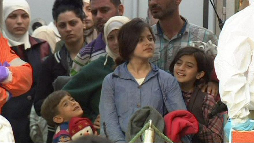 إنقاذ 800 مهاجر سري في عرض البحر المتوسط واستقبالهم في جنوب إيطاليا