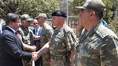 Davutoglu visita a las tropas turcas destinadas en la frontera siria