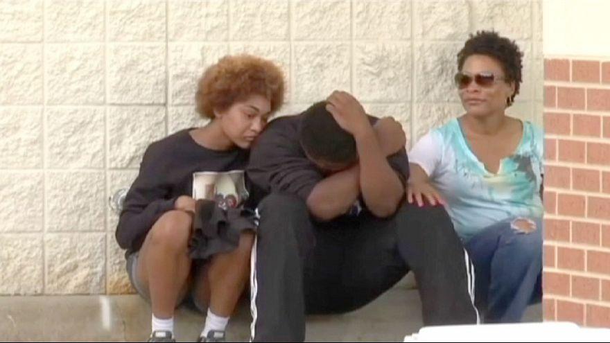 EUA: FBI ajuda na investigação da morte de jovem negro desarmado alvejado pela polícia