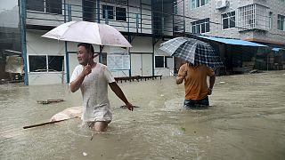 Un typhon a balayé l'est de la Chine, tuant au moins 17 personnes.