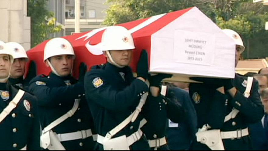 В Турции похоронили полицейского, убитого во время нападения террористов в понедельник
