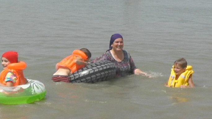 Otthonkában fürdenek a nénik az első csecsen női strandon