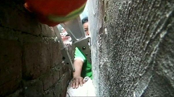 صبي صيني حبيس بين جدارين