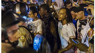 EEUU: la policía acusa a un manifestante negro, que resultó herido grave, de haber disparado primero