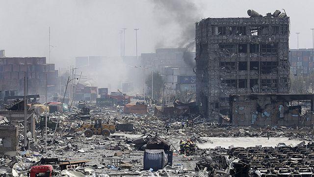 Десятки погибших в результате взрывов в Тяньцзине