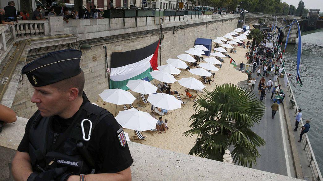 Rendőrök vigyáztak a strandolókra Párizsban