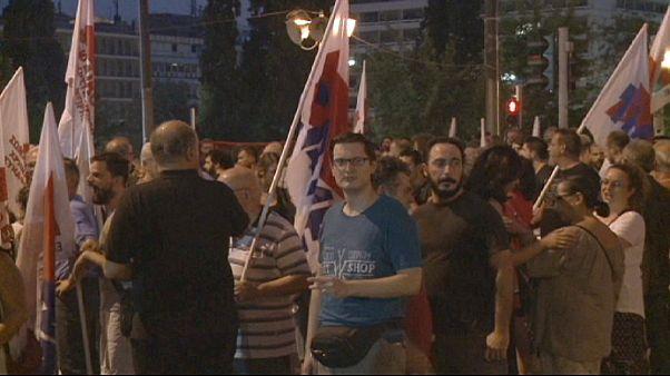 الآلاف يتظاهرون أمام مقر البرلمان اليوناني قبل ساعات على انعقاده للتصويت على حزمة المساعدات الجديدة