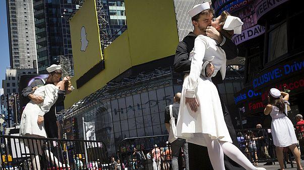 New York: ma mindenki a Times Square-en csókolózott
