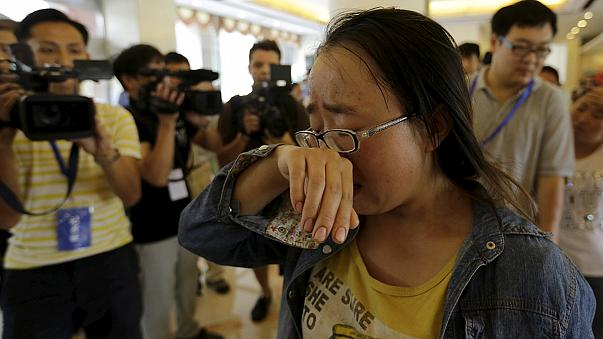 Tianjin: Aufgebrachte Angehörige von Feuerwehrleuten stürmen Pressekonferenz