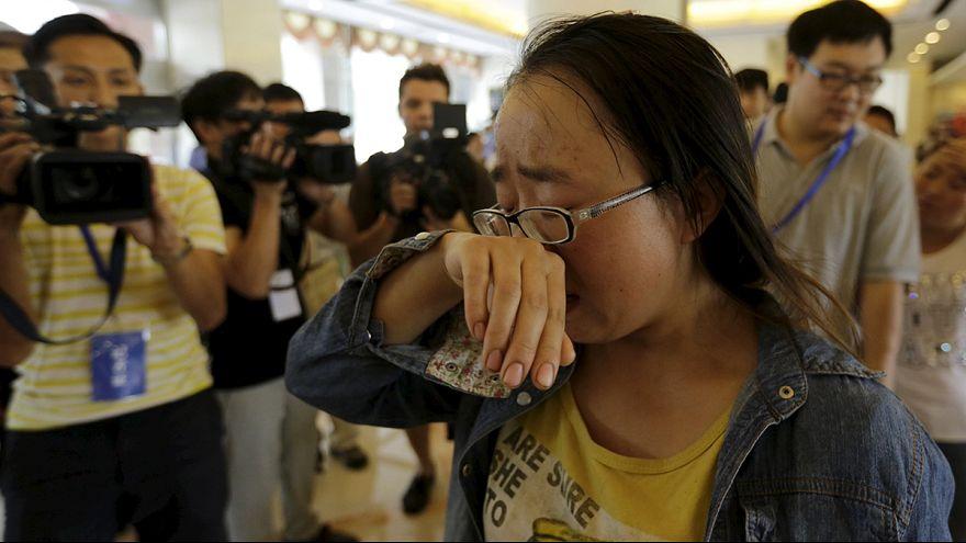 Tianjin : des parents de pompiers réclament des nouvelles de leurs proches