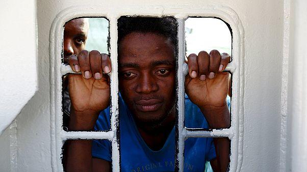 Auf See erstickt - italienische Marine findet 40 Leichen auf Flüchtlingsboot