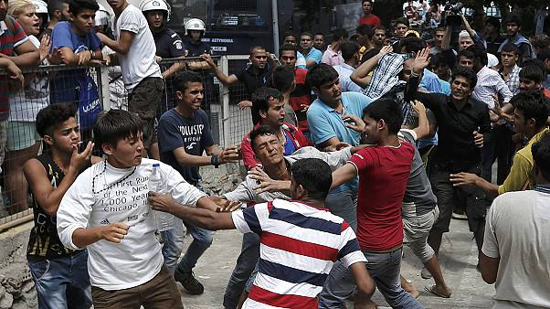Kos Adası'nda farklı ülkelerden gelen göçmenler arasında arbede