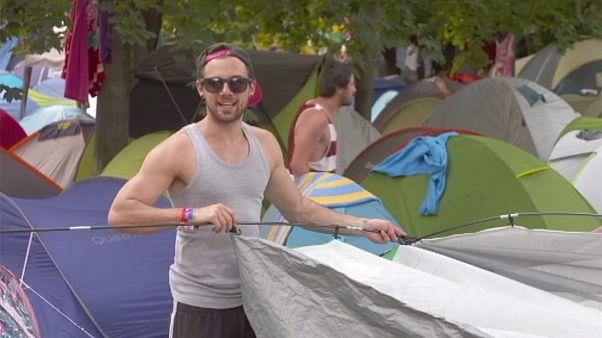 "Гости фестиваля ""Сигет"" подарили свои палатки беженцам"