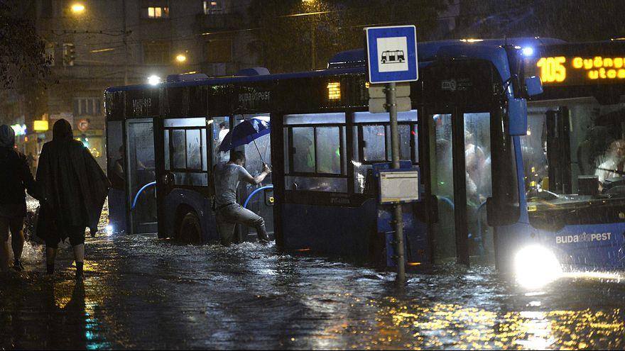 Tengerré váltak a budapesti utcák, terek