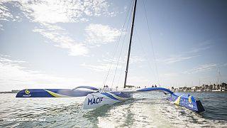 Trimarã Macif na água para bater recorde de circumnavegação