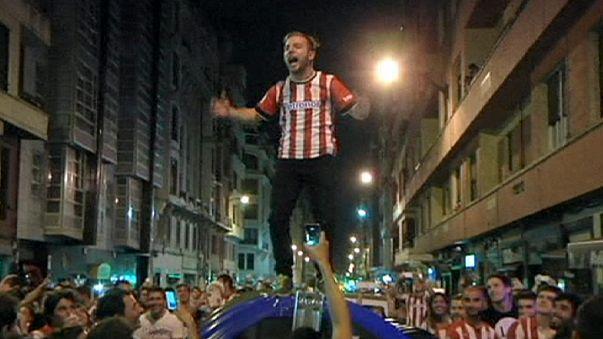 فرحة لدى انصار فريق اتليتكو بلباو لكرة القدم بعد فوز فريقهم بكأس السوبر الاسباني لاول مرة منذ 1984