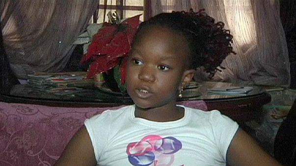 Nijeryalı küçük kızdan terör karşıtı kitap