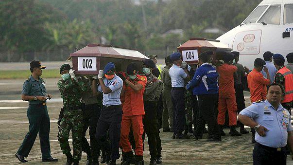 Crash en Indonésie : les premiers corps évacués