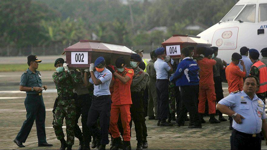 Гробы с останками погибших в авиакатастрофе в Индонезии доставляют в Джаяпуру
