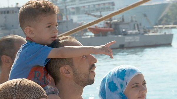 Греческий паром с сирийскими беженцами прибыл в Пирей