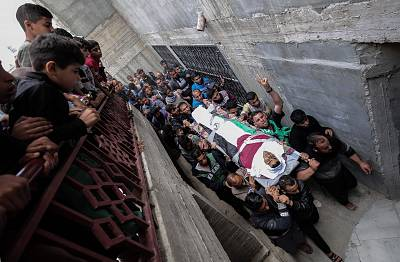 Palestinian mourners carry the body of Ibrahim Abu Shaer, who was killed by Israeli forces during last week\'s clashes.