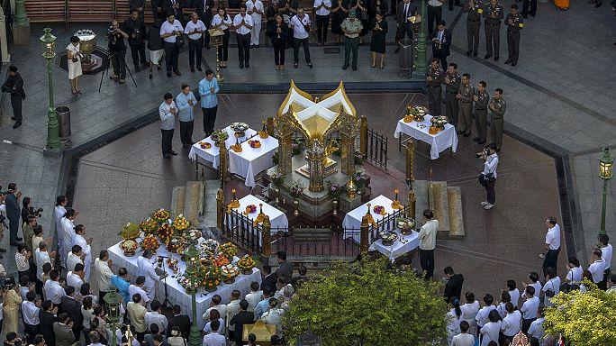 La Thaïlande honore les victimes de l'attentat de Bangkok et demande l'aide d'Interpol