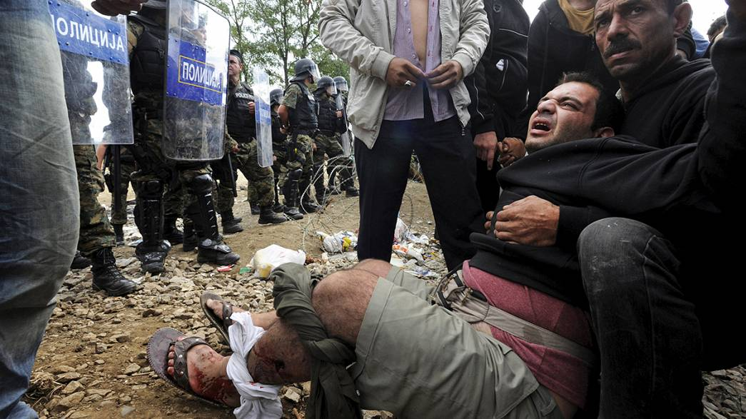 Könnygázzal és riasztófegyverrel lőtt a rendőrség a migránsokra Macedóniában