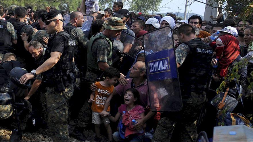 Около 10 нелегальных мигрантов пострадали при попытке прорваться из Греции в Македонию