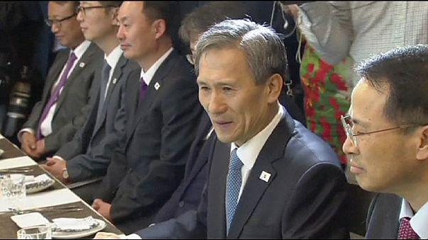 Une poignée de main symbolique entre les deux Corées