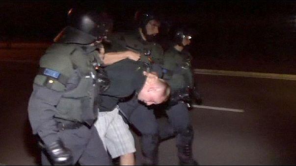 Neonazis alemanes intentan boicotear un centro refugiados y hieren a una treintena de policías