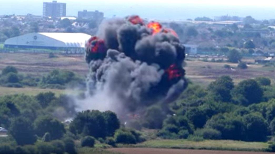 Inghilterra, aereo militare precipita su strada nazionale: diverse vittime