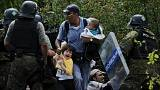 Makedonya sınırında bekletilen binlerce göçmen güvenlik bariyerlerini aştı