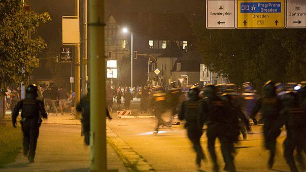 Grupos neonazis se enfrentan por segundo día a la policía que protege a los refugiados en Heidenau