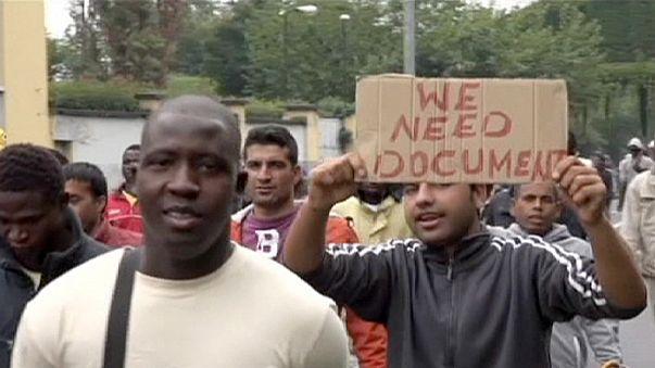 Italie : des migrants en colère bloquent une route à Milan