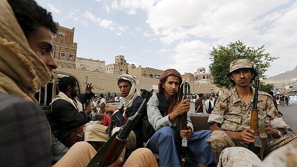 Támadnak és tüntetnek a jemeni húszik